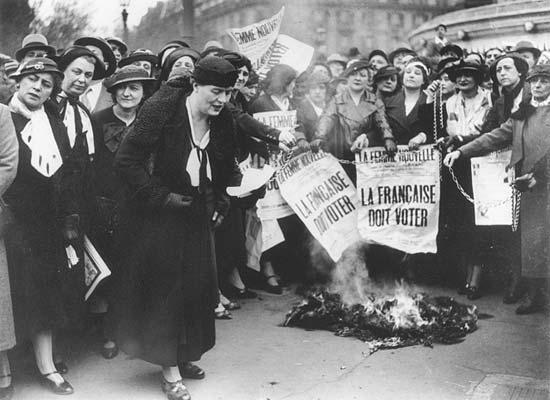 Louise Weiss parmi des suffragettes, en 1935